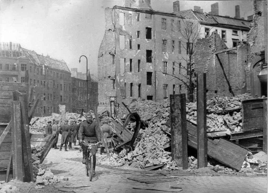 Советский солдат в разрушенном Берлине