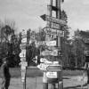 Унтер-офицер вермахта у дорожных указателей в районе оккупированногоКурска